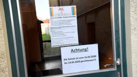 Dieses Schild informiert an der Eingangstür über die Schließung der Löweneck-Schule.