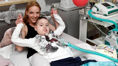 Jerome, 9, leidet an einer seltenen Nervenkrankheit. Das Coronavirus könnte für ihn tödlich sein. Mutter Tanja Schießl macht sich Sorgen.