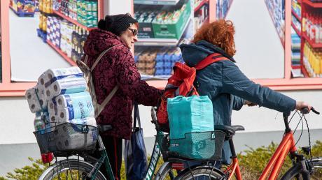 Viele Kunden deckten sich auch mit Klopapier, Küchenrollen und Papiertaschentüchern ein. Toilettenpapier war am Samstag in mehreren Augsburger Einkaufsmärkten nicht mehr zu bekommen.