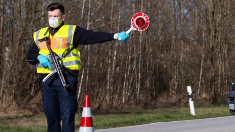 Halt! Polizei! – seit Montag werden Autofahrer an den Grenzen Bayerns kontrolliert.