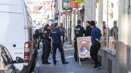 Kontrolle in der Wertachstraße: Die Polizei ging am Mittwoch von Imbiss zu Imbiss und überprüfte, ob die Corona-Regeln eingehalten werden.
