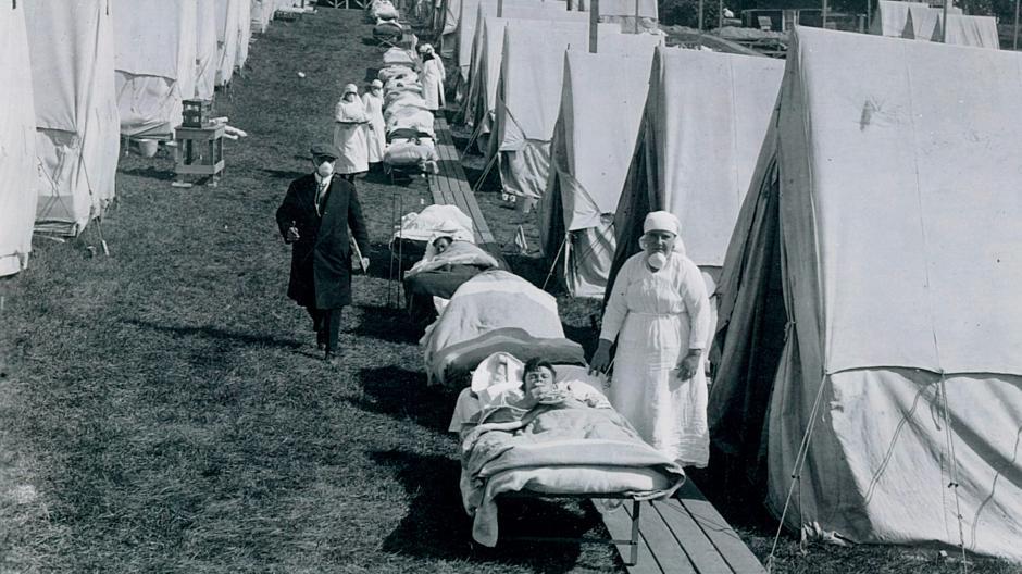 Notlazarett in Zelten auf einer Grünfläche in Brookline, Massachusetts, USA zu Zeiten der Spanischen Grippe 1918.