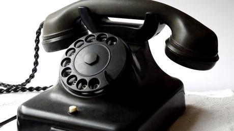 Der schwarze Tischapparat war das Post-Standardtelefon der Wirtschaftswunderzeit. Dieses Telefon von Restaurator Wilhelm Raschhuber ist funktionsfähig nachgerüstet.