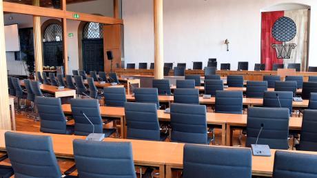 Der Sitzungssaal im Oberen Fletz des Augsburger Rathauses. Normalerweise sitzen die 60 Stadträte dort eng nebeneinander. In Zeiten der Corona-Krise geht das nicht.