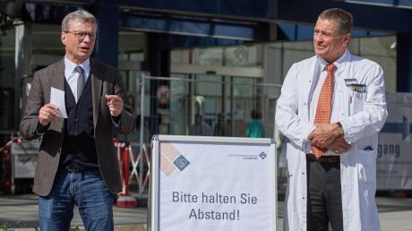 Die Universitätskliniken in Bayern bereiten sich auf eine Welle von Corona-Patienten vor. Was in Augsburg getan wird, erklärten Wissenschaftsminister Bernd Sibler (links) und Professor Michael Beyer, Ärztlicher Direktor im Uniklinikum.