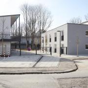 In dieses neue Apartmenthaus in Lechhausen ziehen demnächst wohnungslose Männer. Der Umzug beginnt früher als geplant, um das bestehende Übergangswohnheim in Corona-Zeiten zu entlasten.