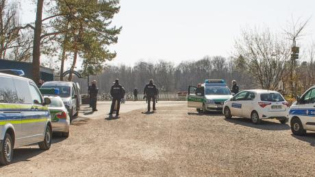 Am Kuhsee kontrollierte die Polizei am Wochenende mit großem Aufgebot. Die meisten Bürger hielten sich aber an die Vorgaben.