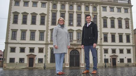 Vor der Entscheidung am Sonntag stellten sich Eva Weber und Dirk Wurm zusammen auf den menschenleeren Rathausplatz.
