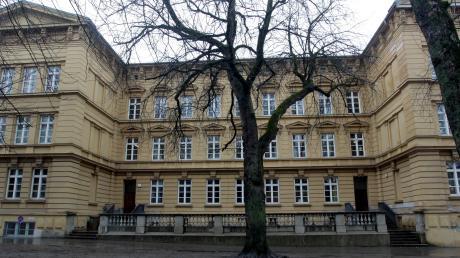 Die Grundschule St. Anna ist ein imposantes Gebäude in der Augsburger Innenstadt. Doch sie ist auch in die Jahre gekommen, wie sich innen und außen zeigt.