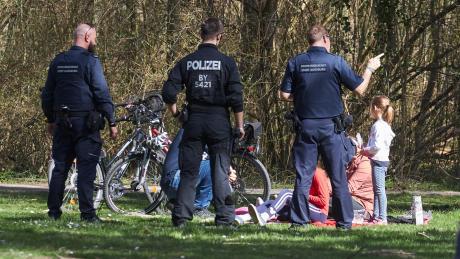 Die Polizei kontrollierte schon am vergangenen Wochenende auch am Kuhsee  in Augsburg. Dort hielten sich einige Leute nicht an die Regeln in Zeiten von Corona.