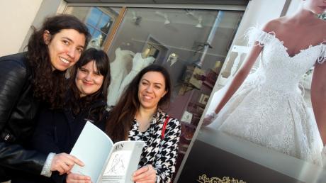 Alexandra Rudnew, Astrid Engel und Aise Özkan (von links) haben eine Feldstudie zu den Brautmodeläden in der Ulmer Straße verfasst. Das Bild entstand vor den Corona-Einschränkungen.