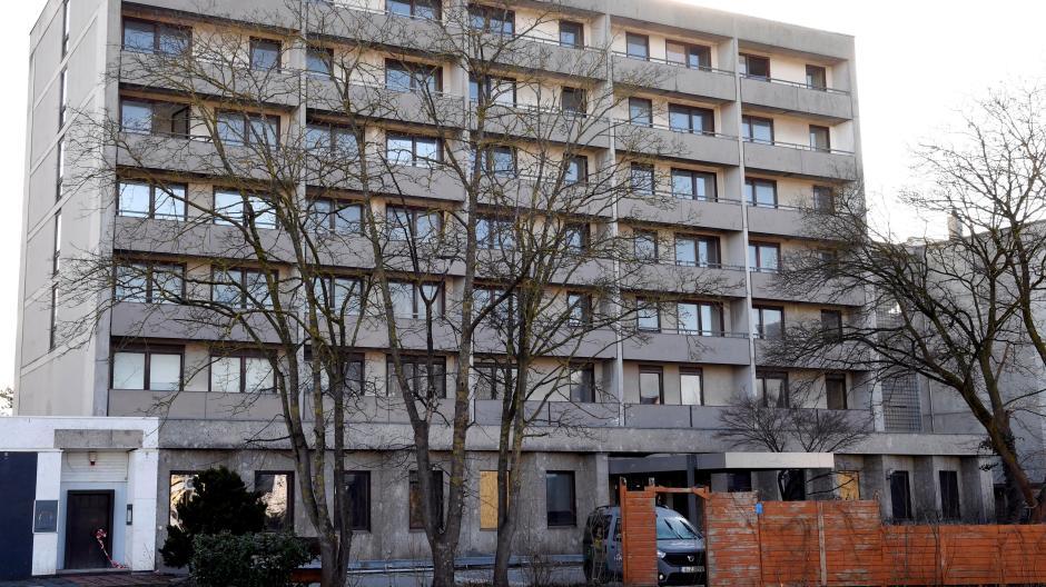 Aus dem früheren Hotel an der Landsberger Straße in Haunstetten sind alle Bewohner ausgezogen. Eine Investmentfirma hat Sanierungspläne.