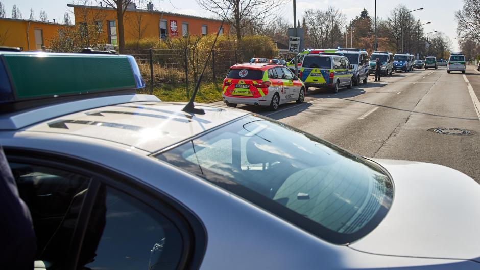 Ein Großaufgebot an Polizei und Rettungskräften war am Samstagnachmittag in der Flüchtlingsunterkunft in Göggingen im Einsatz. Dort kam ein 15-Jähriger gewaltsam ums Leben.