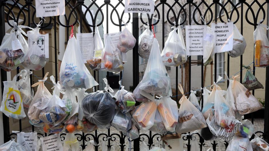 Am Gabenzaun an der Anna-Kirche hängen zahlreiche Beutel mit Spenden für Bedürftige. Auf Zetteln kann man lesen, was in den Tüten verpackt ist. So kann sich jeder nehmen, was er gerade braucht.