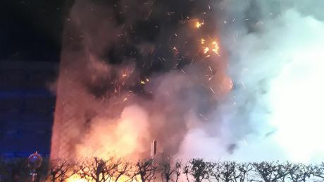 Großbrand in Haunstetten: Ein Wohnhaus ging in der Nacht auf Montag in Flammen auf.