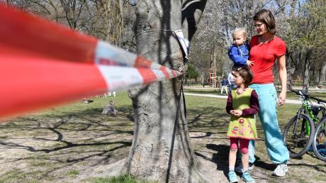 Tina Roth, ihr Mann und ihre Kinder verbringen die Zeit  gerne im Park - unter Wahrung der Corona-Regeln. Dass nun die Wiesen gesperrt wurden, kritisiert nicht nur diese Augsburger Familie.
