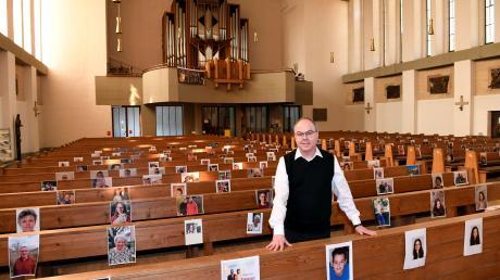 Auf all diesen Plätzen könnten Gläubige sitzen… Pfarrer Manfred Bauer von der Pfarreiengemeinschaft Heilig Geist und Zwölf Apostel in Hochzoll sucht den Kontakt zu seinen Gemeindemitgliedern in diesen Tagen auf ungewöhnlichem Weg.