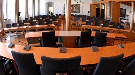 Wer sitzt künftig hier: die Referentenbank im Sitzungssaal des Augsburger Rathauses.