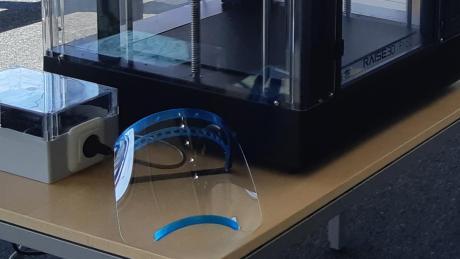 Ein 3-D-Drucker liefert dringend benötigte Schutzmasken.