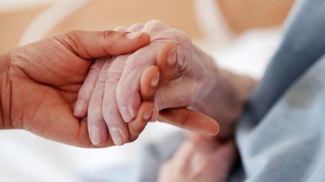 Die Pflege von alten und schwer kranken Menschen erfordert immer eine gewisse Nähe. In Corona-Zeiten eine schwierige Gratwanderung.