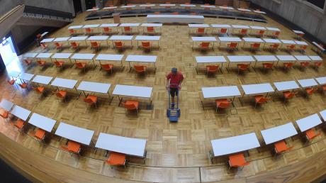 Die Kongresshalle ist der Schauplatz der Stadtratssitzung am Donnerstag: Direkt vor der Bühne stehen Tische und Stühle für die Vertreter der Stadtregierung. Die Devise lautet: Abstand halten.