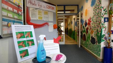 In der Kindertagesstätte St. Elisabeth gibt es im Eingangsbereich Informationen zum Thema Corona sowie eine Möglichkeit, die Hände zu desinfizieren.