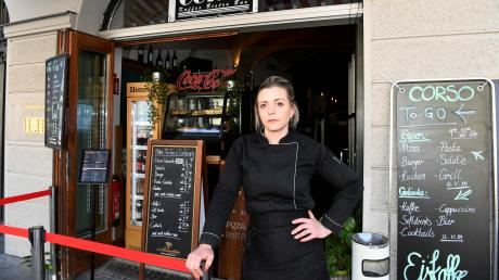 """Katharina Ertl vor ihrem Bistro Corso in der Maximilianstraße. Erst im November hat die 30-Jährige das Lokal übernommen. """"Mit steht das Wasser bis zum Hals"""", sagt sie."""