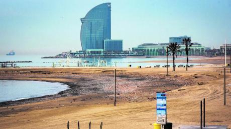 """Der Strand ist für viele Spanier nah, aber doch so weit weg wie der Mond. Aufgrund der Ausgangsbeschränkungen sind keine Menschen an den spanischen """"Playas"""" – wie auf diesem Foto aus Barcelona zu sehen ist."""