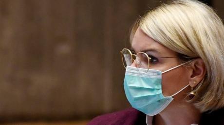 Auch die neue Oberbürgermeisterin Eva Weber trägt eine Schutzmaske.
