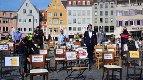 Diese Stühle bleiben derzeit alle leer: Die Gastronomie wird von der Corona-Krise und den damit verbundenen Beschränkungen hart getroffen. Augsburger Gastronomen und Brauerei-Chefs haben deshalb am Freitag auf dem Rathausplatz demonstriert.