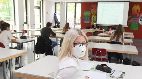 Abstand halten, Masken tragen: So sieht jetzt der Unterricht für Hannah Angerer, 18, und die anderen Schüler der zwölften Klasse am Maria-Theresia-Gymnasium aus.