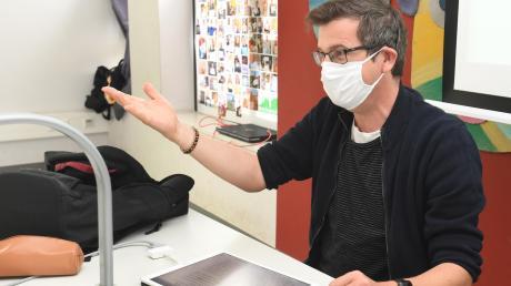 Englischlehrer Wolfgang Eitel unterricht am Maria-Theresia-Gymnasium nur noch vom Pult aus – und mit abgedecktem Gesicht.