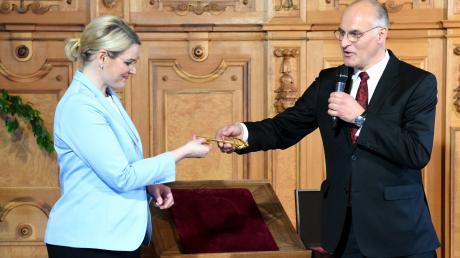 Oberbürgermeister Kurt Gribl übergibt den symbolischen Rathausschlüssel am Donnerstagnachmittag im Rathaus an seine Nachfolgerin Eva Weber.