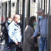 Wer mit Bus und Tram in Augsburg unterwegs ist, muss jetzt eine Maske tragen. Am Dienstag eskalierte ein Streit über die Maskenpflicht.