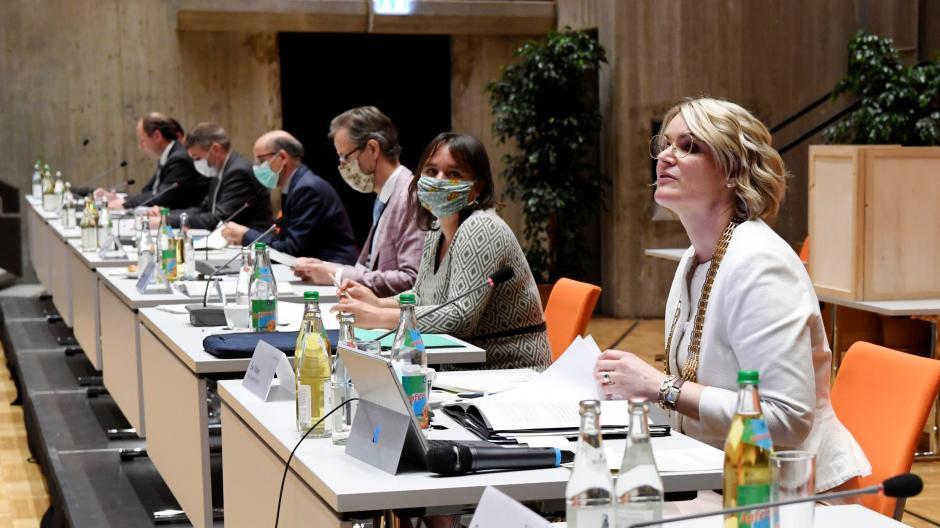 Die neue Augsburger Stadtregierung steht: In der ersten Stadtratssitzung Anfang Mai wurden neben den Stellvertretern von Oberbürgermeisterin Eva Weber auch sechs Referenten gewählt. Zwei Referate sind allerdings noch unbesetzt.