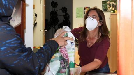 Daniela Herschmann von der Caritas Kaufbeuren bleibt auch in der Corona-Krise für bedürftige Menschen im Einsatz. Weil ihr Büro noch geschlossen bleiben muss, reicht sie Lebensmittel auch durchs Fenster.