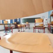 An insgesamt elf Augsburger Schulen stehen einzelne Klassenzimmer leer, nachdem dort Schulklassen wegen infizierter Schüler nach Hause geschickt wurden.