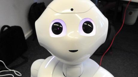 Roboter und Künstliche Intelligenz könnten unter anderem in der Pflege eingesetzt werden. Unser Bild zeigt den Pflegeroboter Pepper.