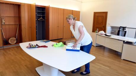 Eva Weber richtet sich im Oberbürgermeister-Büro ein. In den vergangenen zwei Wochen lenkte sie die Geschäfte der Stadt noch von ihrem alten Bürgermeister-Büro aus.