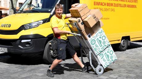 Alois Lesti liefert jeden Tag Pakete in die Altstadt. Bei den Bewohnern ist der DHL-Zusteller gerne gesehen. Manche geraten über ihn sogar ins Schwärmen. Das liegt in erster Linie nicht an den Lieferungen, sondern an seiner fröhlichen und hilfsbereiten Art.
