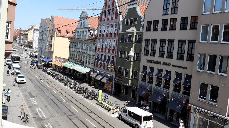 Die Karolinenstraße (hier der Blick aus Richtung Rathausplatz in Richtung Dom) soll mittelfristig breitere Gehwege bekommen.