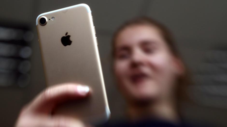Ein Händler verkaufte in Augsburg mehrere iPhones, die ein Wachmann gestohlen hatte. Nun stand er vor Gericht.