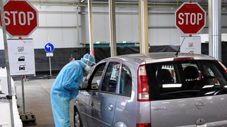 In Augsburg werden jetzt Coronatests auf dem Messegelände gemacht. Dabei kann man mit dem Auto bis zur Entnahme des Abstrichs fahren.