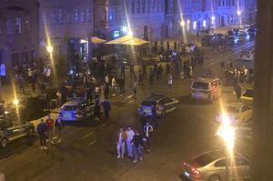 Ein Blick von oben auf den Zwischenfall in der Augsburger Maximilianstraße. Dabei waren am Freitagabend zahlreiche Polizeistreifen im Einsatz gewesen.