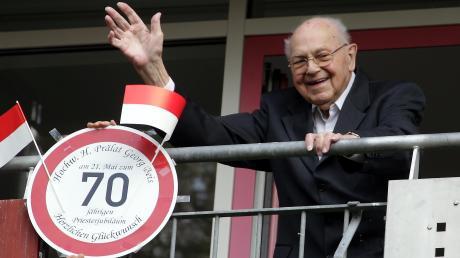 Prälat Georg Beis feierte sein 70. Priesterweihejubiläum: Der ehemalige Dompfarrer, Stadtdekan und Bistumsadministrator ist 96 Jahre alt. Hier winkt er vom Balkon seines Seniorenwohnsitzes.