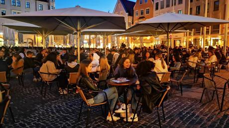 Wochenendstimmung am Freitagabend, kurz vor 22 Uhr am Augsburger Rathausplatz: Viele sind froh um ein bisschen Normalität in Zeiten von Corona.