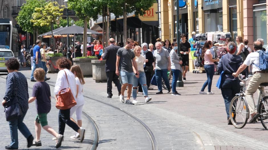 In der Bürgermeister-Fischer-Straße sank die Frequenz der Passanten im Mai um ein Drittel im Vergleich zum Januar, als Corona noch nahezu kein Thema war. Ein Einbruch, den die Händler auch beim Umsatz spüren.
