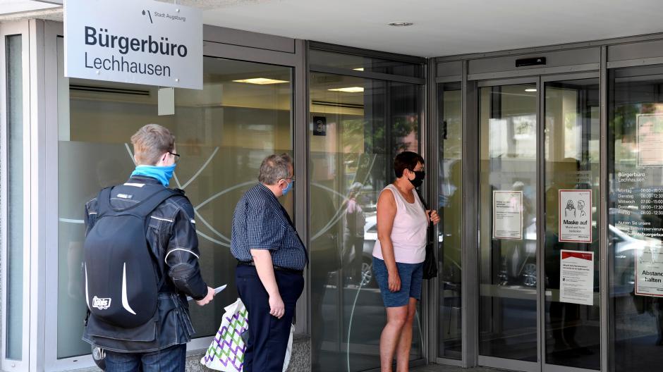 Das Foto zeigt wartende Kunden vor dem Bürgerbüro in Lechhausen in der Neuburger Straße.