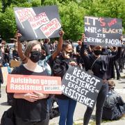 """Rund 3000 Augsburger kamen am Samstag zur Demo """"Aufstehen gegen Rassismus"""" auf den Parkplatz vor der Sporthalle am Wittelsbacher Park."""