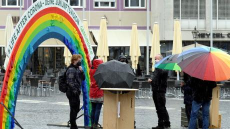 Unter Dauerregen gelitten hat am Sonntagnachmittag eine Aktion von Greenpeace zu Wünschen nach der Corona-Zeit.